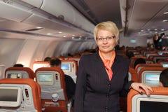 Geschäftsfrau im schwarzen Anzug Stockfoto