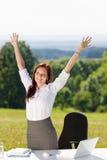 Geschäftsfrau im sonnigen Naturbüro übergibt oben Stockfoto