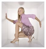 Geschäftsfrau im weißen Würfel Stockfoto
