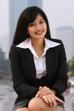 Geschäftsfrau innen im Stadtzentrum gelegen lizenzfreie stockbilder
