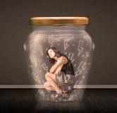 Geschäftsfrau innerhalb eines Glasgefäßes mit Blitzzeichnungskonzept Stockfotografie