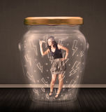 Geschäftsfrau innerhalb eines Glasgefäßes mit Blitzzeichnungskonzept Stockbild