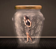 Geschäftsfrau innerhalb eines Glasgefäßes mit Blitzzeichnungskonzept Stockbilder