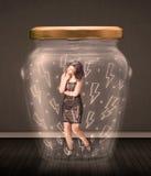Geschäftsfrau innerhalb eines Glasgefäßes mit Blitzzeichnungskonzept Stockfoto
