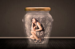 Geschäftsfrau innerhalb eines Glasgefäßes mit Blitzzeichnungskonzept Lizenzfreies Stockbild