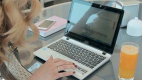 Geschäftsfrau ist der on-line Einkauf beim Sitzen im Restaurant auf der Sommerterrasse stock video