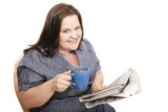 Geschäftsfrau - Kaffee u. Nachrichten stockfotografie