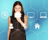 Geschäftsfrau klickt an das Ikonenportfolio, das herein gelegen ist Lizenzfreies Stockbild