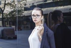 Geschäftsfrau, Lehrer oder Student auf dunklem Hintergrund Lizenzfreies Stockfoto
