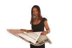 Geschäftsfrau-Lesenachrichten Stockfotografie
