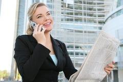 Geschäftsfrau-Lesezeitung Lizenzfreies Stockbild