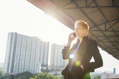 Geschäftsfrau-Lifestyle Using Mobile-Telefon-Verbindungs-Konzept Stockfoto
