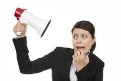 Geschäftsfrau-Listen-Ruf durch Megaphon Lizenzfreie Stockfotos