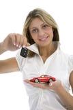 Geschäftsfrau macht den Verkauf der Autos bekannt Lizenzfreies Stockfoto