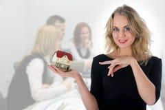 Geschäftsfrau macht Grundbesitz bekannt lizenzfreies stockfoto