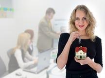 Geschäftsfrau macht Grundbesitz bekannt lizenzfreie stockfotos