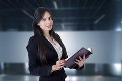 Geschäftsfrau mit Adressbuch Lizenzfreie Stockfotografie