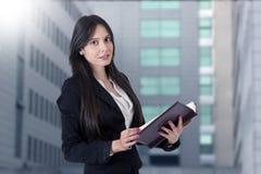 Geschäftsfrau mit Adressbuch Stockbild