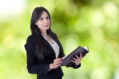 Geschäftsfrau mit Adressbuch Lizenzfreies Stockfoto
