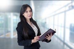 Geschäftsfrau mit Adressbuch Lizenzfreie Stockfotos