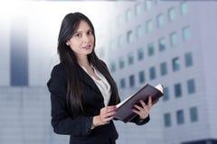 Geschäftsfrau mit Adressbuch Stockfoto