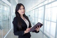 Geschäftsfrau mit Adressbuch Lizenzfreies Stockbild