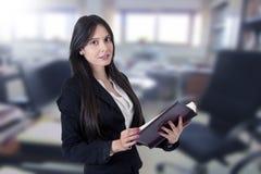 Geschäftsfrau mit Adressbuch Lizenzfreie Stockbilder