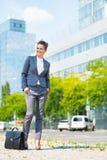 Geschäftsfrau mit Aktenkoffer im Bürobezirk Lizenzfreie Stockbilder