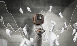 Geschäftsfrau mit altem Fernsehen anstelle des Kopfes Stockbild