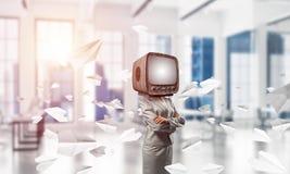 Geschäftsfrau mit altem Fernsehen anstelle des Kopfes Lizenzfreie Stockbilder