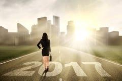 Geschäftsfrau mit 2017 auf der Straße Lizenzfreies Stockfoto