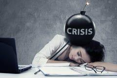 Geschäftsfrau mit Bombe und Krisentext stockfotos