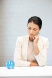 Geschäftsfrau mit Borduhr Lizenzfreie Stockfotos