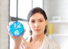 Geschäftsfrau mit Borduhr Stockfoto