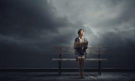 Geschäftsfrau mit Buch Stockfotos