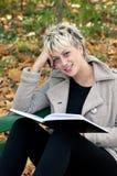 Geschäftsfrau mit Buch in der Natur Stockbild