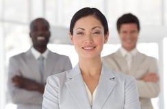 Geschäftsfrau mit businessteam im Hintergrund Lizenzfreie Stockfotos