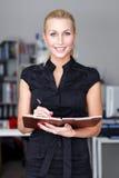 Geschäftsfrau mit Checkliste Stockfotografie