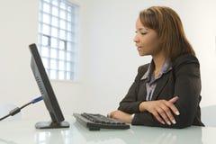 Geschäftsfrau mit Computer Stockfotografie