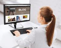 Geschäftsfrau mit Computer blogging im Büro Lizenzfreies Stockfoto