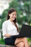 Geschäftsfrau mit Computerlaptop in Hong Kong Stockbild