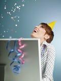 Geschäftsfrau mit Confetti lizenzfreie stockfotos
