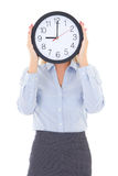 Geschäftsfrau mit dem Bürouhr-Bedeckungsgesicht lokalisiert auf Weiß Lizenzfreies Stockbild