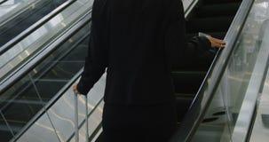 Geschäftsfrau mit dem Koffer, der auf Aufzug im Büro 4k steigt stock footage