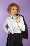 Geschäftsfrau mit dem kurzen gelockten Haar stockfoto