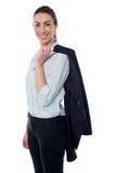 Geschäftsfrau mit dem Mantel umschlungen über ihre Schulter stockfotografie