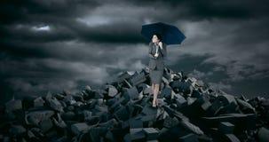 Geschäftsfrau mit dem Regenschirm, der auf Rückstand steht, schaukelt während des Sturms stock video