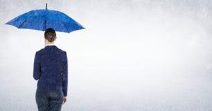 Geschäftsfrau mit dem Regenschirm, der Regen gegen weißen Hintergrund blockiert Stockbilder