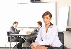 Geschäftsfrau mit dem Teamgehilfenbehandeln Lizenzfreie Stockbilder