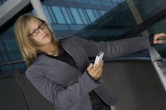 Geschäftsfrau mit dem Telefon Stockfotografie